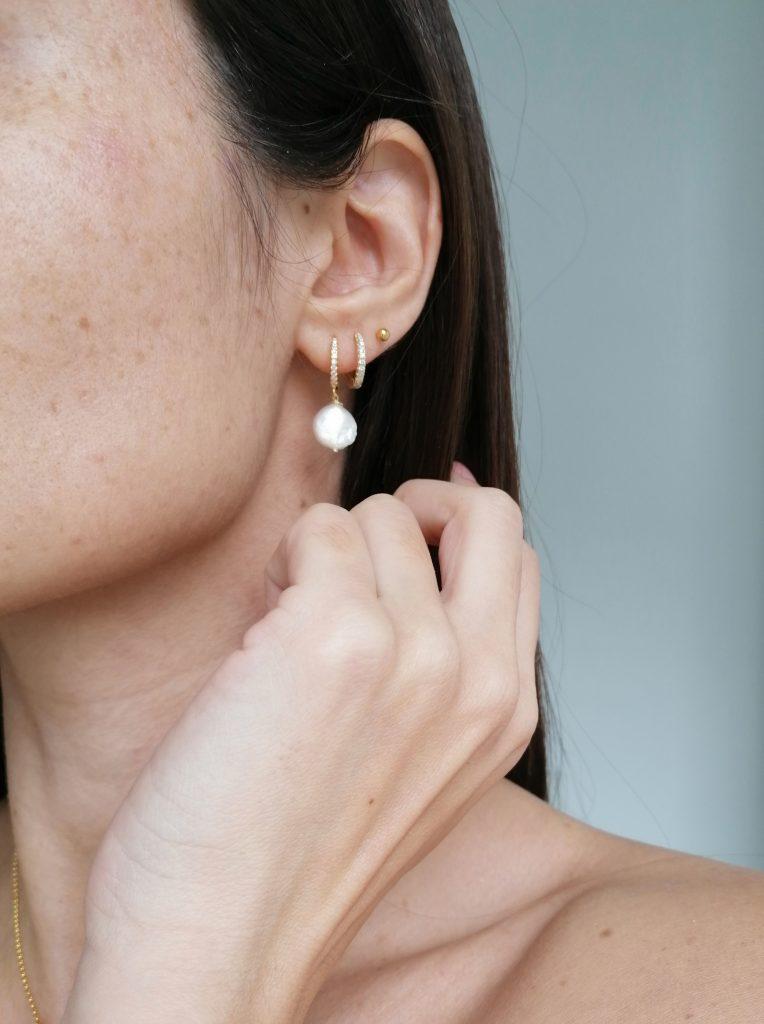 Sezione orecchini in argento 925 con bagno in oro, zirconi, perle naturali di fiume e pietre preziose
